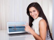 zakupy szczęśliwa online kobieta Obraz Royalty Free