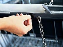 Zakupy tramwaj na zewnątrz supermarketa Obraz Stock