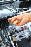 Zakupy tramwaj na zewnątrz supermarketa Zdjęcia Stock