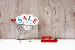 Zakupy tramwaj z prezentów pudełkami na drewnianym tle Wakacje sprzedaż Zdjęcie Stock