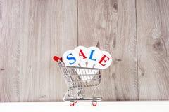 Zakupy tramwaj z prezentów pudełkami na drewnianym tle Wakacje sprzedaż Fotografia Stock