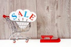 Zakupy tramwaj z prezentów pudełkami na drewnianym tle Wakacje sprzedaż Obrazy Royalty Free