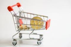 Zakupy tramwaju fura z monety bitcoin, kupienie towary dla crypto waluty zdjęcie stock