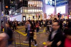 Zakupy ulica w Hong Kong i drogowy skrzyżowanie przy nocą tłoczyliśmy się z pedestrians obraz stock