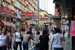 Zakupy ulica w Hong Kong tłoczył się z pedestrians fotografia stock