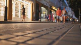 Zakupy ulica w miejscowo?ci turystycznej miasteczku Catalonia Calella z turystami zbiory