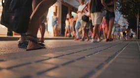 Zakupy ulica w miejscowo?ci turystycznej miasteczku Catalonia Calella z turystami zbiory wideo