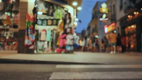 Zakupy ulica w miejscowo?ci turystycznej miasteczku Catalonia Calella z turystami Zamazany widok zbiory