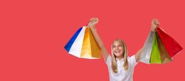 Zakupy, wakacje i turystyki pojęcie, - młoda dziewczyna z torbami na zakupy, odizolowywać zdjęcie royalty free
