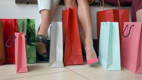 Zakupy wakacje, stopa kobiety z udziałów żywymi zakupami zdojest w sezonie rabaty i sprzedaże zbiory wideo