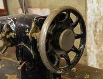 Zakurzona stara szwalna maszyna w nieociosanej stajni, Zdjęcie Royalty Free