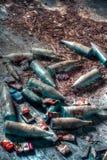 Zakurzone butelki i paczki papierosy zapominający przez czas Zdjęcia Royalty Free