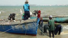 Zakvissers die de Overzeese van de Vangstboot Netto Barkas sorteren die van Marine Reptiles Gulf Of Siam Thailand het Werken leeg stock videobeelden