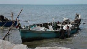 Zakvissers die de Overzeese van de Vangstboot Netto Barkas sorteren die van Marine Reptiles Gulf Of Siam Thailand het Werken leeg stock video