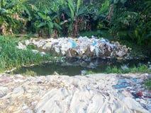 Zakwasserij in stroom voor informeel recycling Stock Afbeeldingen