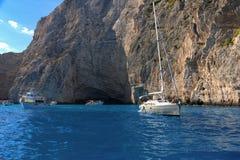 ZAKYNTHOS GREKLAND, September 27, 2017: Kryssningfartyg i fjärd av Navagio sätter på land på ön av Zakynthos Grekland Arkivfoto
