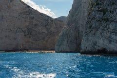 ZAKYNTHOS GREKLAND, September 27, 2017: Kryssningfartyg i fjärd av Navagio sätter på land på ön av Zakynthos Grekland Arkivfoton