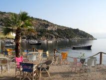 Zakynthos-Strandszene Stühle und Tabellen lizenzfreies stockfoto