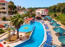 ZAKYNTHOS wyspa GRECJA, CZERWIEC 06, 2016: Widok na hotelowej pływackiego basenu baru restauraci, turyści, goście, aqua wody park Obrazy Stock