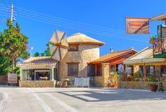 ZAKYNTHOS wyspa, GRECJA, CZERWIEC 06, 2016: Widok na wiatraczka Taverna klasycznego grka restauraci z otwartym BBQ grillem a i ku Zdjęcia Stock