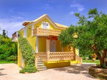 ZAKYNTHOS wyspa, GRECJA, MAJ 30, 2016: Lato willi domu chałupy żółty klasyczny Grecki taras dla gości i turystów w zadziwiać Zdjęcia Royalty Free