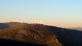 Zal turbines op de berg in de zonsondergang stock video