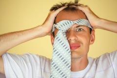 zaległy szalony mężczyzna stawia krawatów potomstwa obraz stock