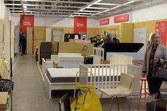 Zalen van goederen in de meubilairopslag Ikea Royalty-vrije Stock Fotografie