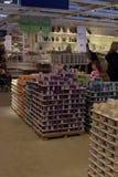 Zalen van goederen in de meubilairopslag Ikea Stock Foto's