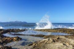 Zalewać macha z wybrzeża Mallorca zdjęcia royalty free