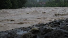 Zalewająca rzeka w Bavaria po ciężkiego opady deszczu zbiory wideo