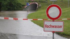 Zalewająca i zamknięta droga w Niemcy zbiory wideo