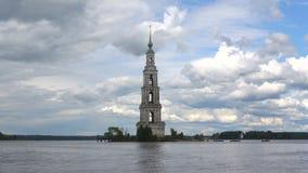 Zalewający dzwonkowy wierza St Nicholas katedra, chmurny dzień Kalyazin, Rosja zdjęcie wideo