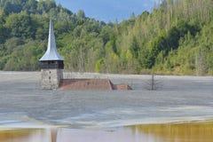 Zalewający i zaniechany kościół po środku skażonego jeziora obraz royalty free