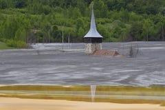 Zalewający kościół w borowinowym jeziorze zdjęcie stock