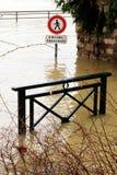 Zalewający przecinający drogowi znaka ostrzegawczego wontonu brzeg rzeki uszkadzają Paryż zdjęcia stock