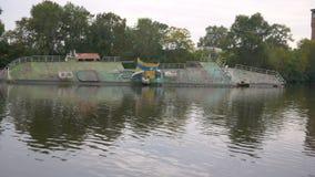Zalewający statek kłama przy dnem blisko brzeg Stara decommissioned barka Konsekwencje trzask na wodzie zbiory