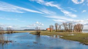 Zalewający teren przez wysokiej wody w niedaleką rzekę Zdjęcie Royalty Free