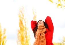 Zalige en blije vrouw in de herfst Royalty-vrije Stock Afbeelding