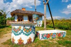 Zalipie, Polen, 19 Augustus, 2018: Een emmer over een put in het kleurrijke dorp - Zalipie, Polen Het is gekend voor een lokale d stock foto's