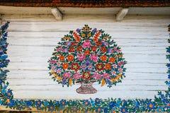 Zalipie, Polen, 19 Augustus, 2018: Sluit omhoog van kleurrijke die bloemen op houten plattelandshuisje in Zalipie, Polen worden g royalty-vrije stock foto