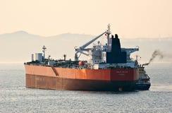 Zaliv Vostok tankfartyg som bunkrar tankfartyget Zaliv Aniva på vägarna Östligt (Japan) hav 04 05 2014 Arkivbilder