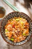 Zalm, edamame, de pot van de ongepelde rijstmaaltijd met Japanse sesamsaus royalty-vrije stock fotografie