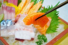 Zalm in eetstokjes met Japanse sashimireeks royalty-vrije stock fotografie