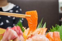 Zalm in eetstokjes met Japanse sashimireeks stock fotografie
