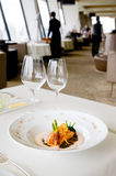 Zalm en asperge bij luxerestaurant Stock Afbeelding