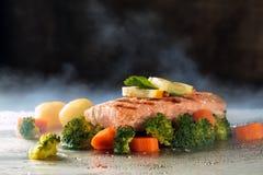 Zalm en gestoomde groenten Stock Afbeelding