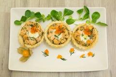 Zalm gebakken tartlet met mozarella Stock Afbeeldingen