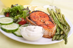 Zalm met groenten, asperge, citroen en saus Stock Fotografie