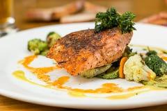 Zalm met groenten en brood Royalty-vrije Stock Foto's